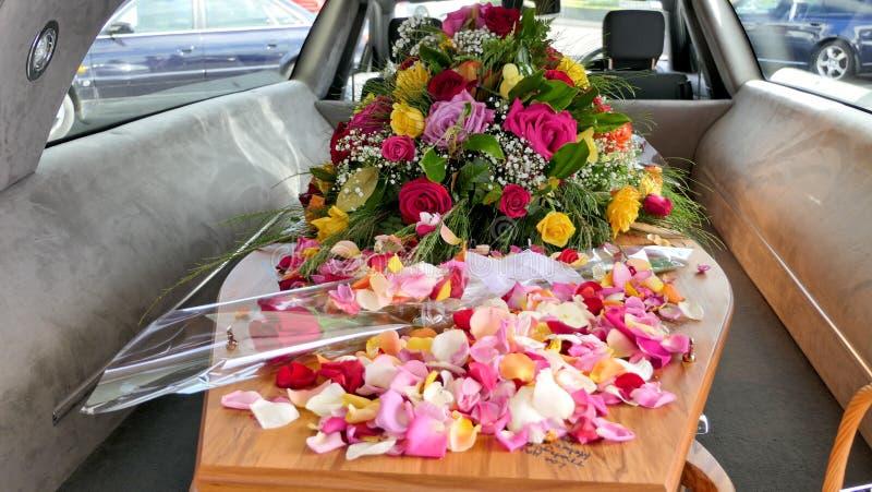 在柩车的五颜六色的在葬礼或埋葬前的小箱或教堂在公墓 图库摄影