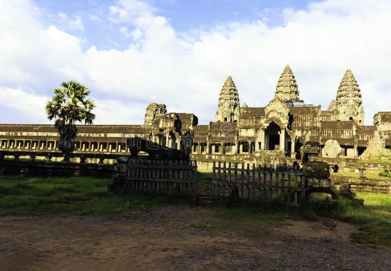 在柬埔寨破坏有天空蔚蓝的吴哥窟寺庙 免版税图库摄影