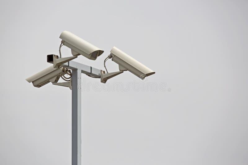 在柱子的安全监控相机 免版税库存照片