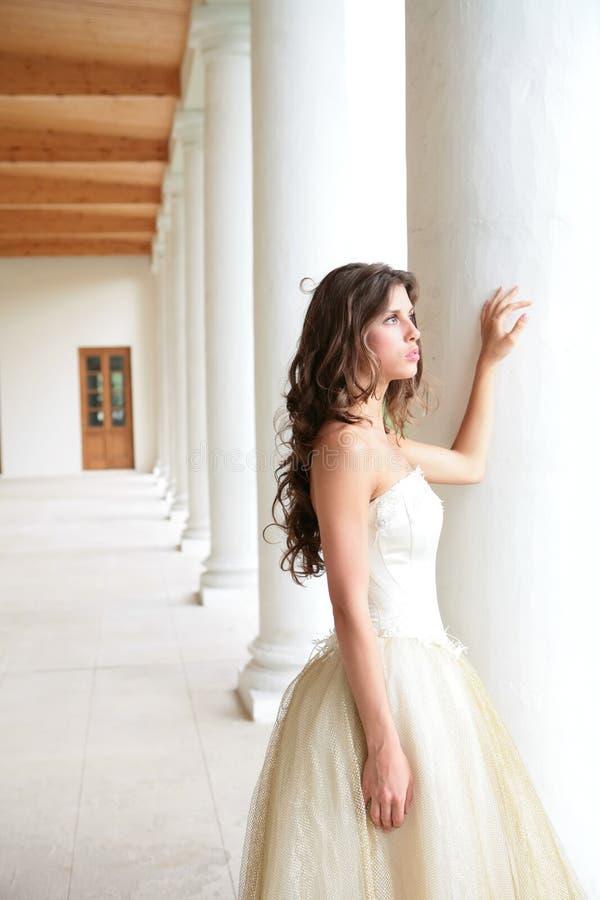 在柱子附近的新娘 库存照片