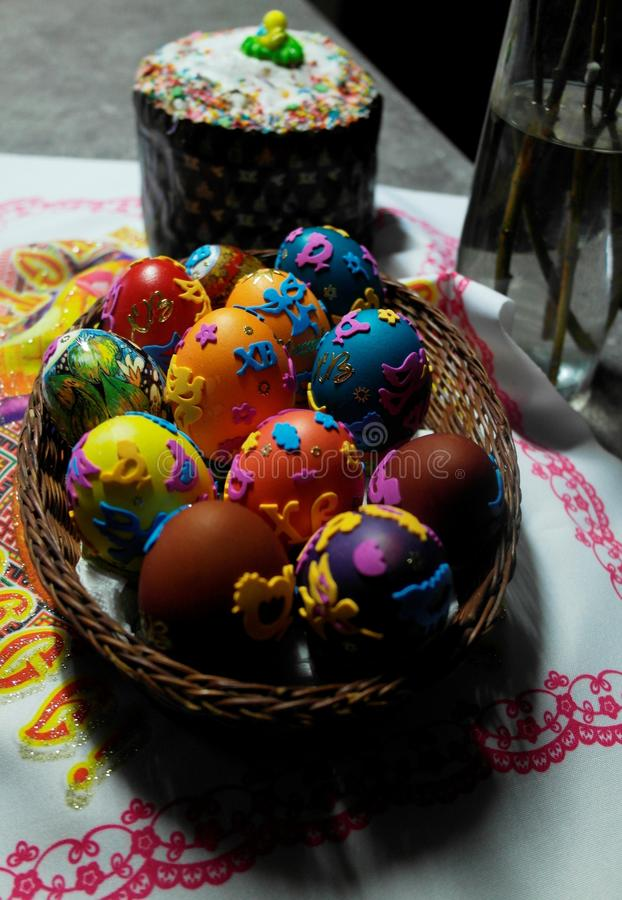 在柳条筐和复活节的复活节彩蛋结块 免版税库存照片