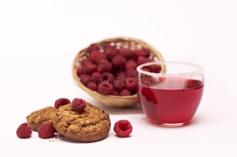 在柳条筐和莓汁液的莓用曲奇饼 图库摄影
