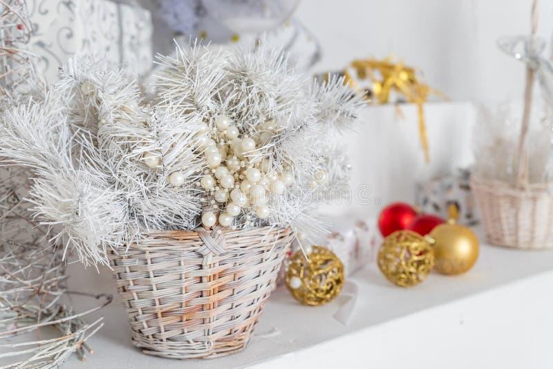 在柳条筐的圣诞节装饰 五颜六色的装饰圣诞节装饰品假日 构成新年度 免版税库存图片