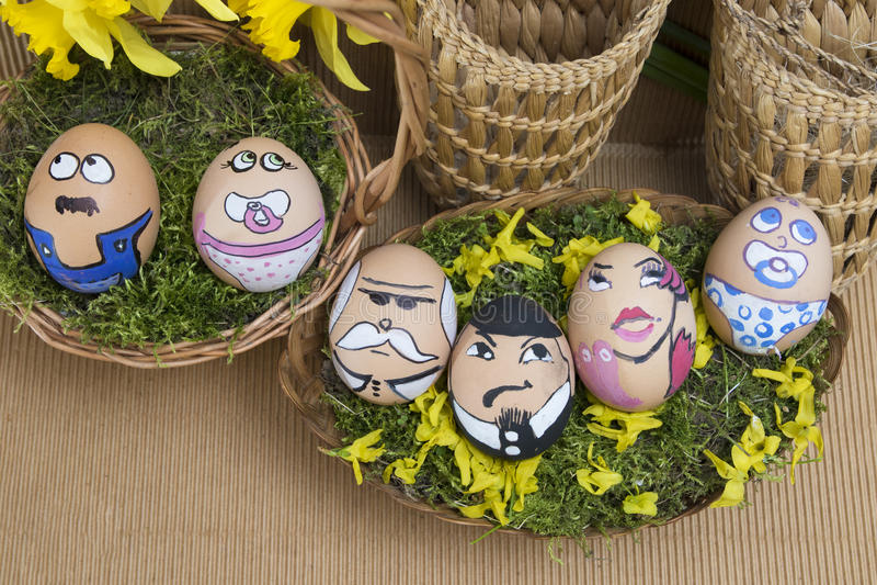 在柳条筐的愉快的蛋面孔家庭 免版税库存照片