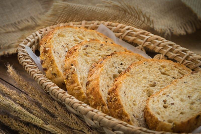 在柳条筐的整个五谷面包 免版税图库摄影