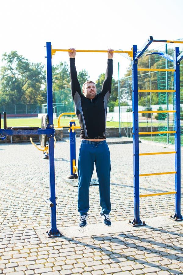在标志横线的人锻炼 免版税库存照片