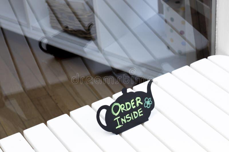 在标志里面的咖啡馆命令 免版税图库摄影