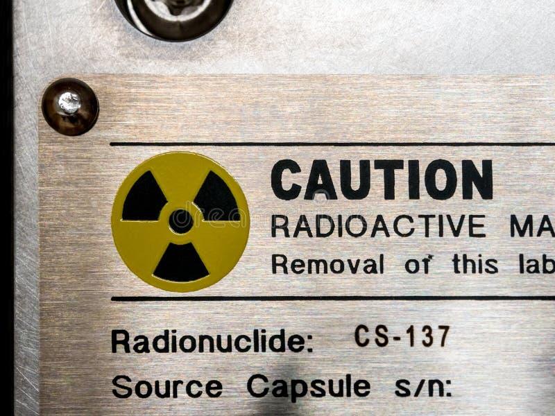 在标识牌和machanic容器的辐射警报信号处理仪器 库存照片
