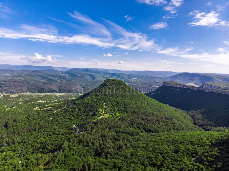在树中间的克里米亚半岛山 从高度的照片 免版税库存图片