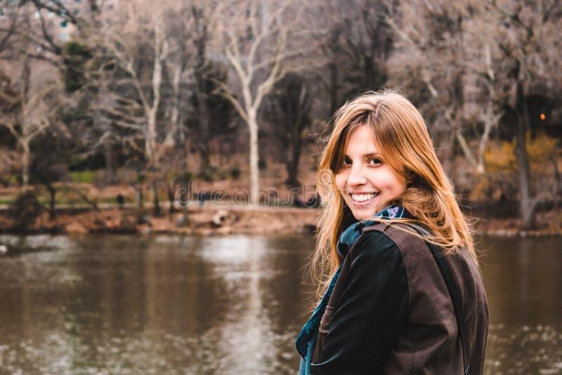 在树前面的女孩在中央公园在曼哈顿,新的Yor 库存图片