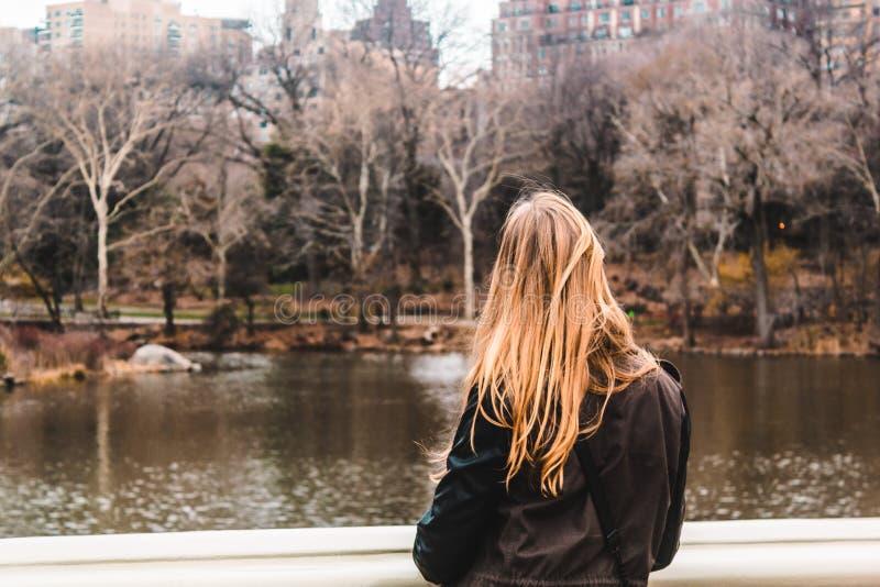 在树前面的女孩在中央公园在曼哈顿,新的Yor 免版税库存图片