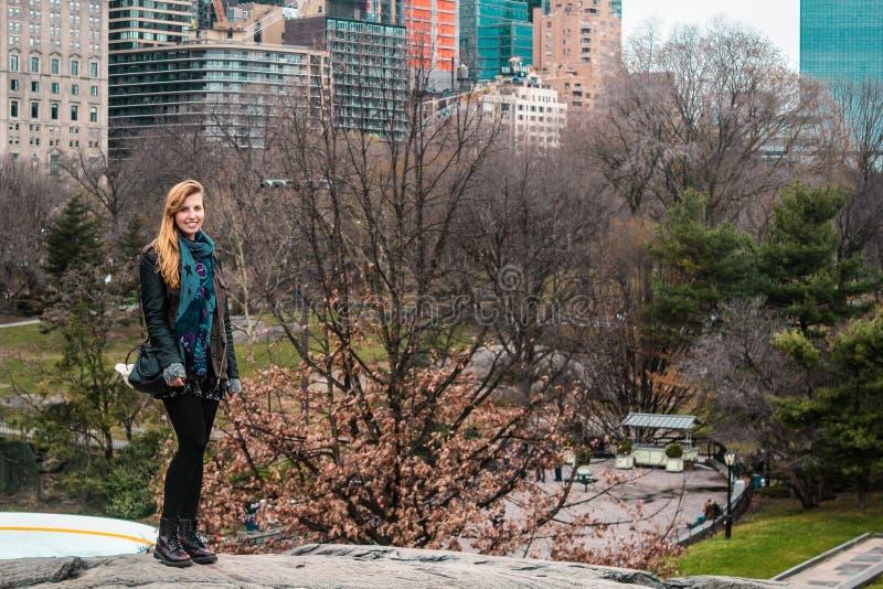 在树前面的女孩在中央公园在曼哈顿,新的Yor 免版税库存照片