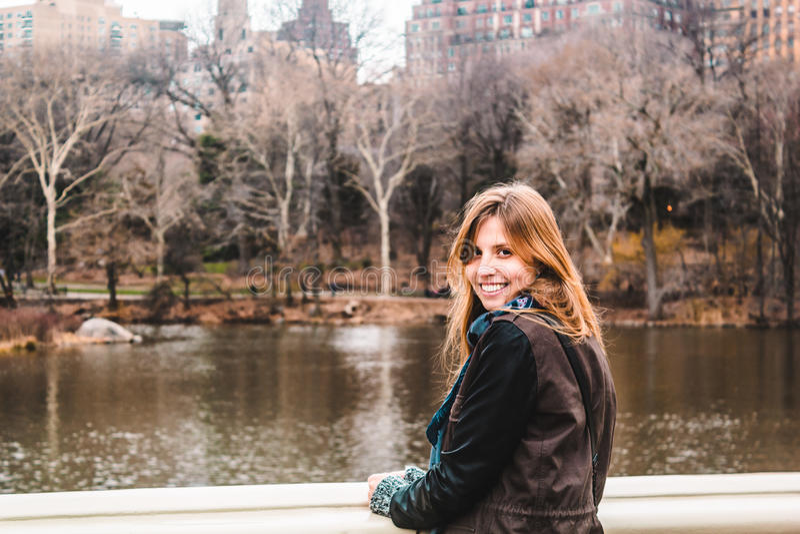 在树前面的女孩在中央公园在曼哈顿,新的Yor 库存照片