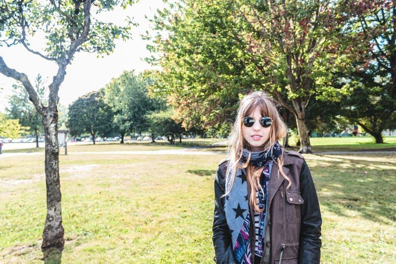 在树前面的女孩在Trout湖,温哥华,加拿大 库存图片