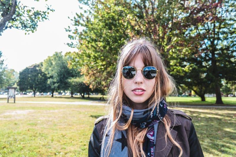 在树前面的女孩在Trout湖,温哥华,加拿大 库存照片