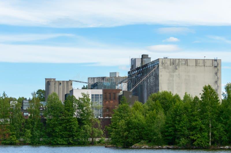 在树后的工厂 免版税库存照片
