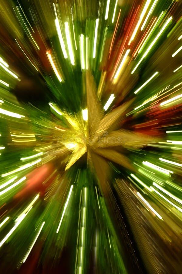 在树徒升行动行动关闭和五颜六色的庆祝的圣诞节星 免版税库存照片