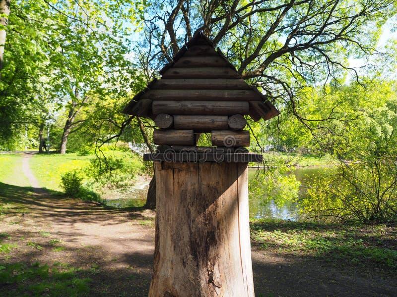 在树桩,鸟的一个木饲养者的一个鸟舍 免版税库存图片