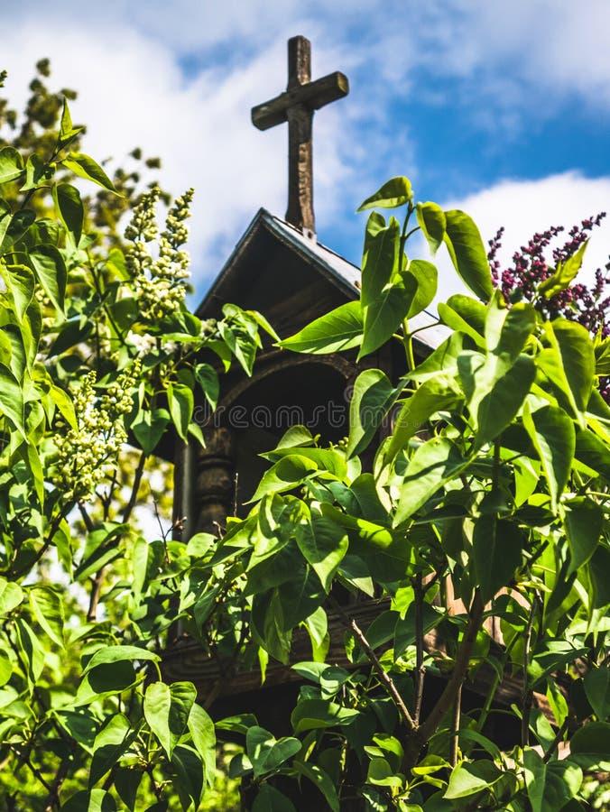 在树的叶子掩藏的木教堂 库存图片