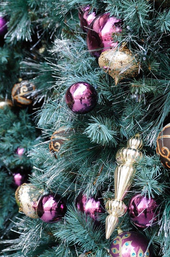 在树的圣诞节装饰品 库存照片