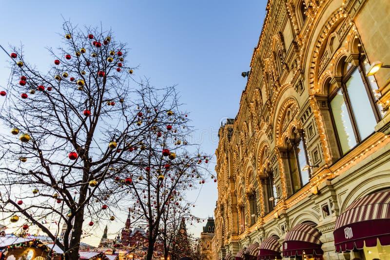 在树的欢乐气球在胶百货店附近在圣诞节和新年 红场 莫斯科俄国 库存图片