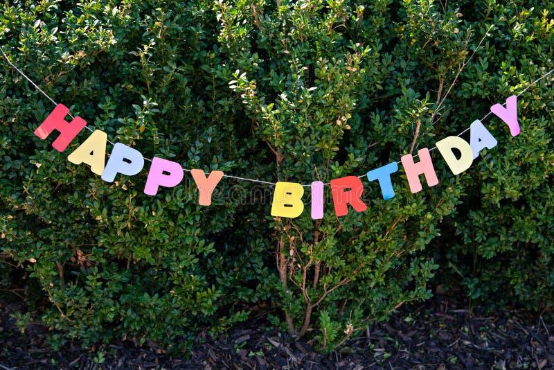 在树背景的题字生日快乐 免版税库存照片