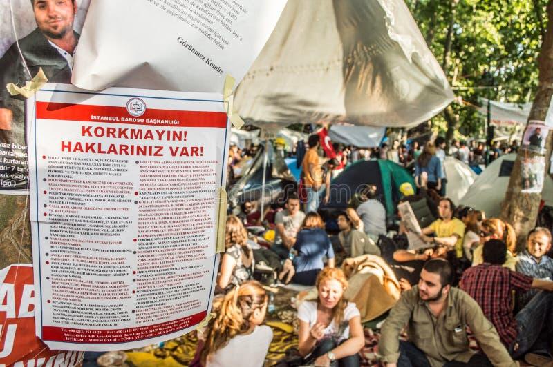 在树附有的伊斯坦布尔律师协会通知在抗议期间反对塔克西姆盖齐公园的爆破在伊斯坦布尔土耳其 免版税图库摄影