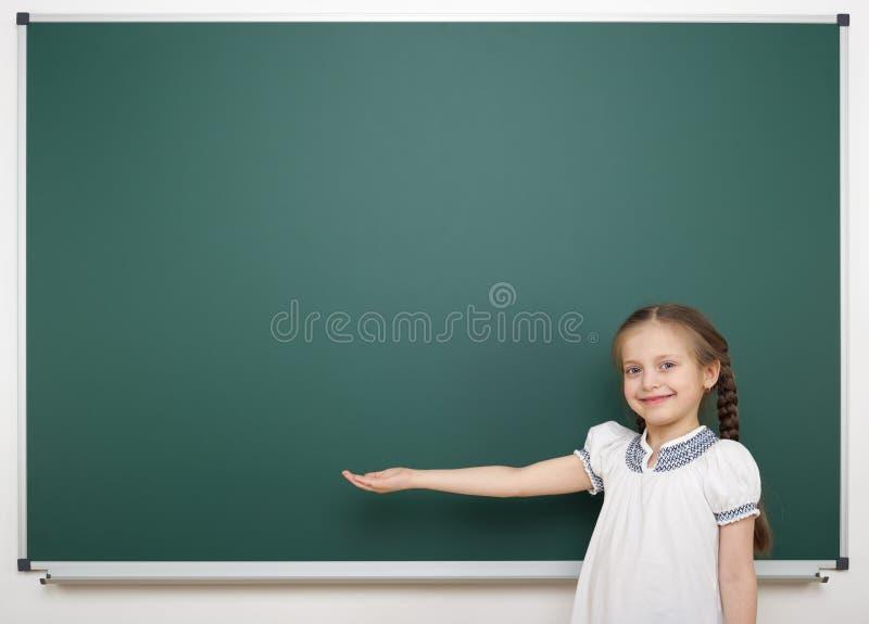 在校务委员会附近的女小学生 免版税库存图片
