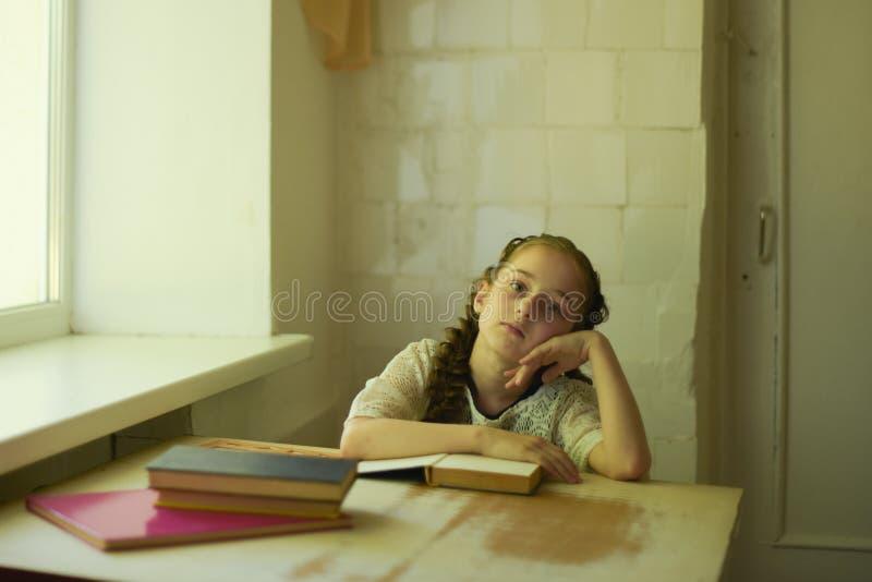 在校服的学生有辫子的 r 免版税库存图片