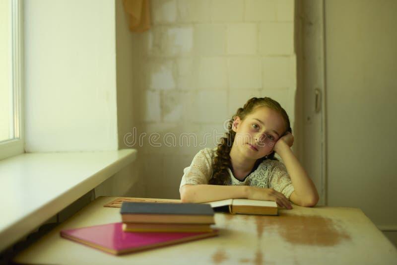 在校服的学生有辫子的 r 免版税图库摄影