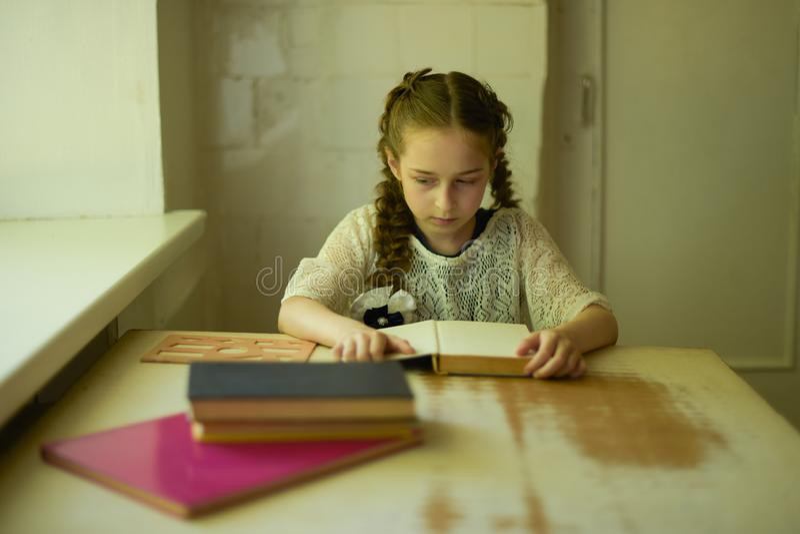 在校服的学生有辫子的 r 免版税库存照片