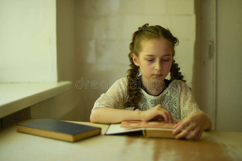 在校服的学生有辫子的 r 库存图片