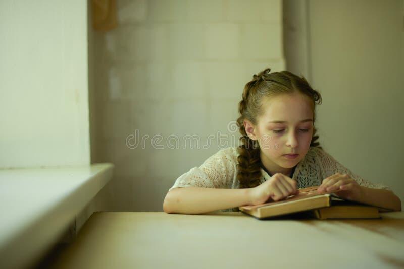 在校服的学生有辫子的 r 库存照片
