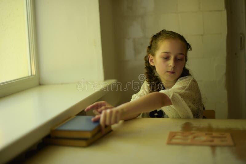 在校服的学生有辫子的 r 图库摄影