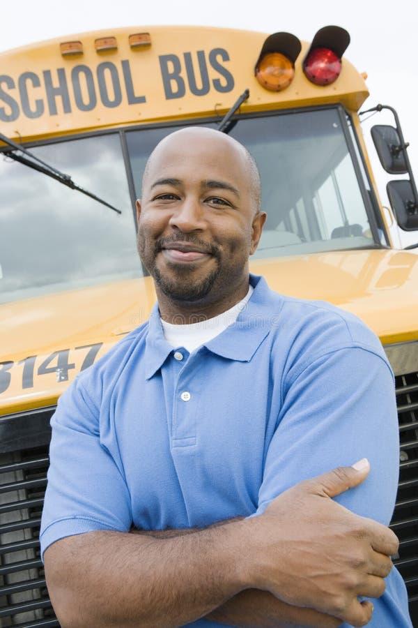 在校车前面的老师 库存照片