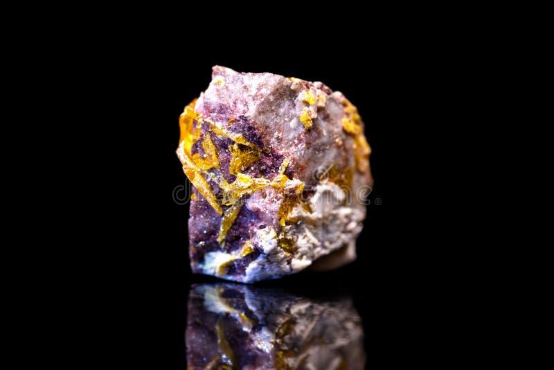 在根底的Wulfenite,黑背景,钼酸盐矿物宝石 免版税库存图片