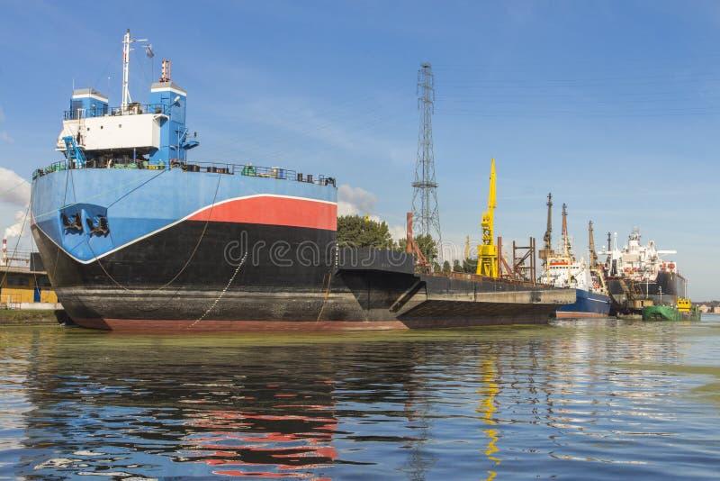在格但斯克港的巨大的货船  波兰 图库摄影