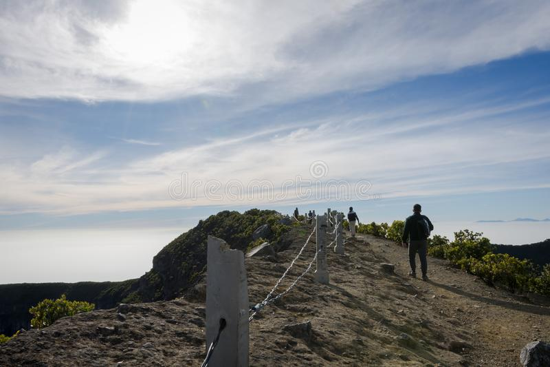 在格德火山Pangrango山顶的吻合风景有到达了和设法到达上面的几个登山人的 库存照片