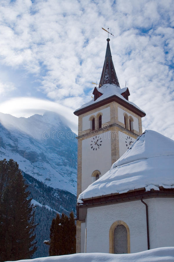 在格林德瓦滑雪区域附近的教会 瑞士阿尔卑斯在冬天 免版税库存照片
