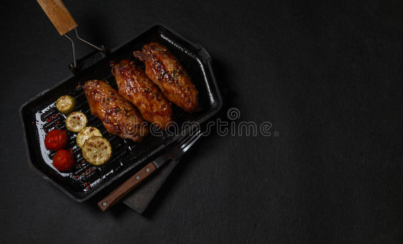 在格栅平底锅烤的鸡 水平的看法从上面 免版税库存照片