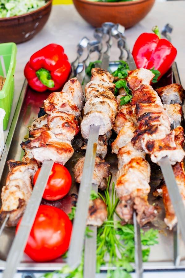 在格栅特写镜头的牛肉kababs 串串和胡椒 库存图片