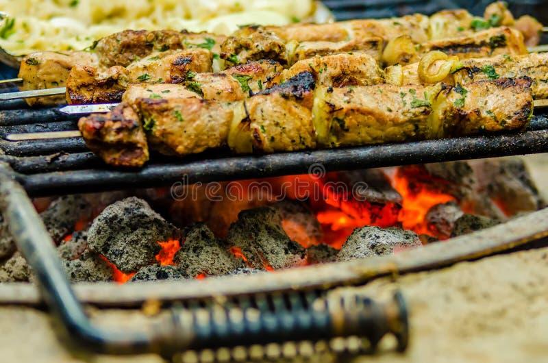 在格栅特写镜头的牛肉kababs 图库摄影