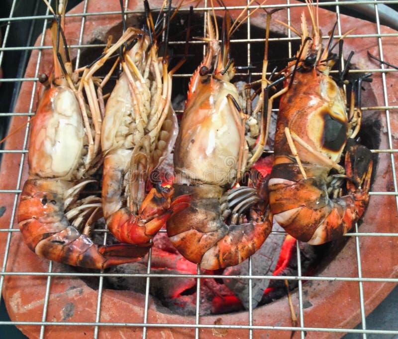 在格栅的可口虾大虾唾液与火焰 免版税库存照片