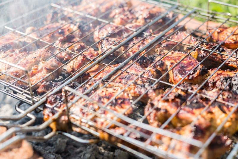 Download 在格栅的抽烟的肉 库存照片. 图片 包括有 夏天, 烘烤, 牛排, 格栅, 火焰, 猪肉, 野餐, 牛腩 - 72369118