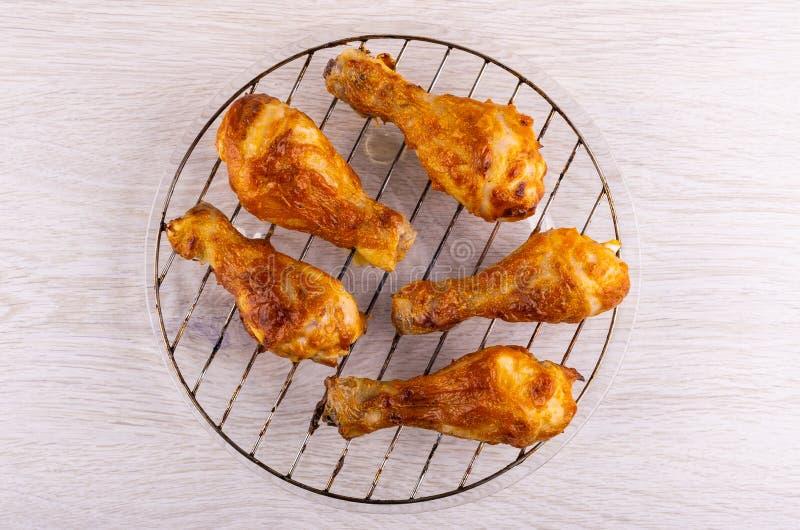 在格栅的炸鸡腿在桌上的板材 顶视图 免版税库存图片