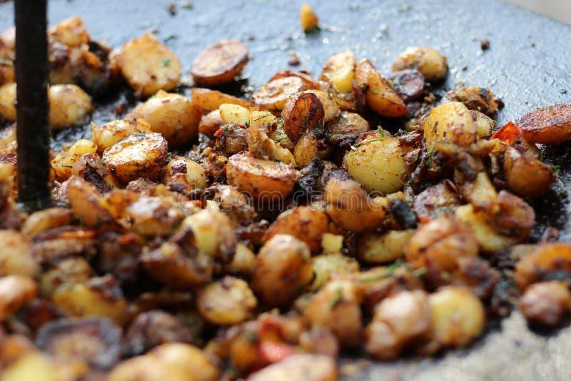 在格栅的烤土豆,野营 库存照片
