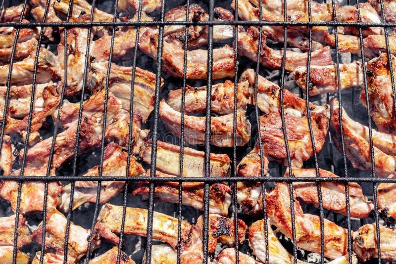 在格栅的烤猪排 在自然的烤肉在夏天 库存图片