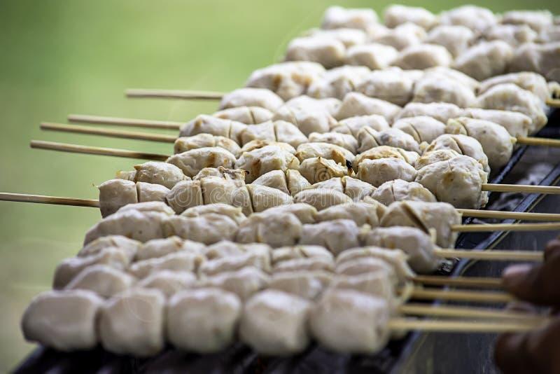 在格栅的烤猪肉丸子,木炭着火 免版税库存照片