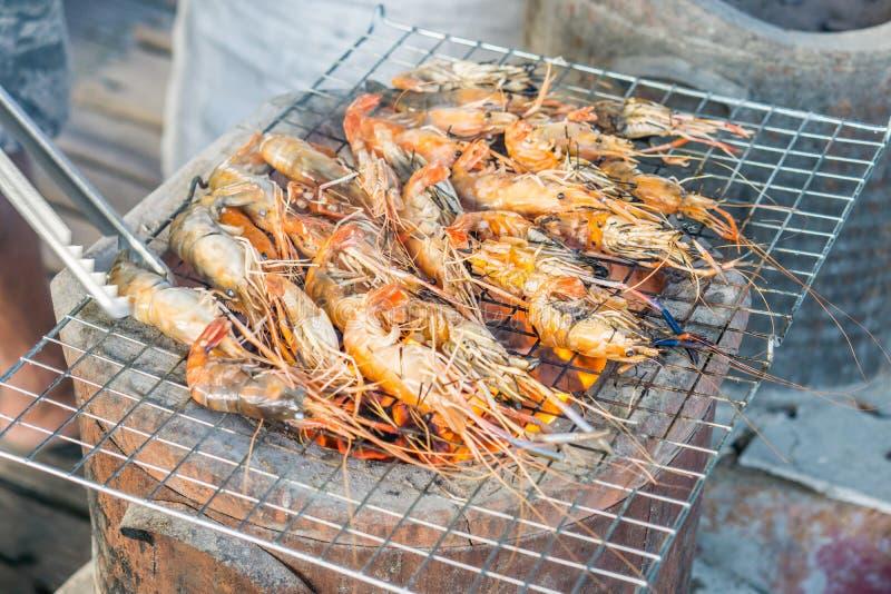 在格栅的烤虾与火炉 图库摄影
