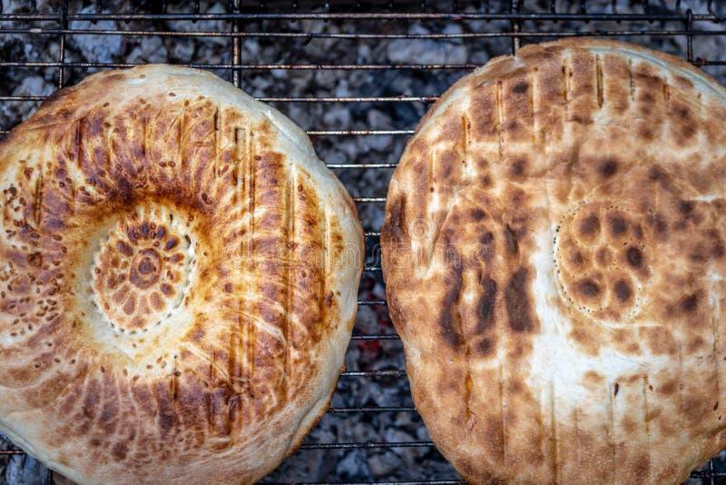 在格栅的面包与开火 免版税库存图片